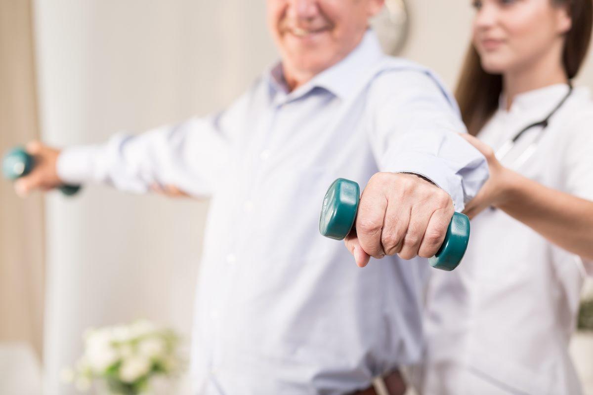 Fisioterapeuta fazendo um atendimento com paciente